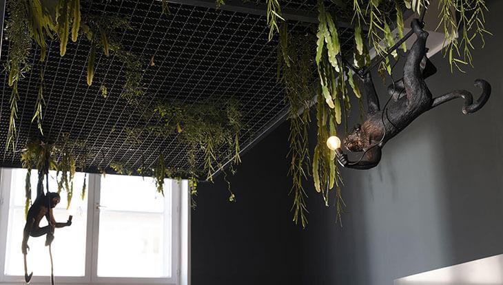 Kaliwerk Lampe mit Pflanzen und Affenskulpturen im Raum zoologischer Garten
