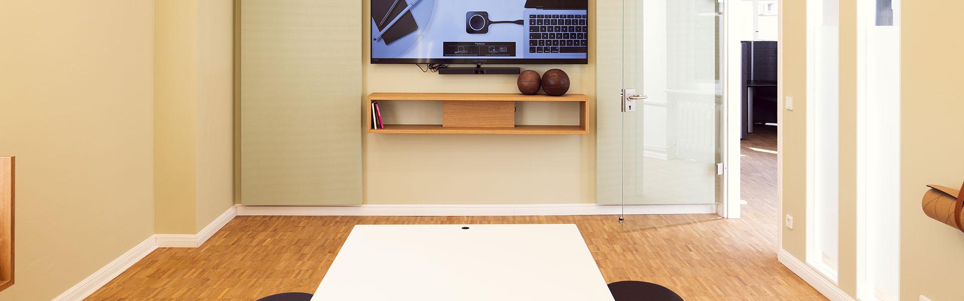 Kaliwerk Besprechungsraum Pankow in Brauntönen mit Blick auf Monitor